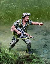 COLLECTORS SHOWCASE VIETNAM WAR CS01041 GREEN BERET LRRP POINTING MIB