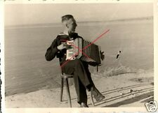 11287/ Originalfoto 6,5x9cm, Matrose spielt Schifferklavier a.d. Kanalküste