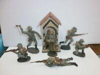 Konvolut 6 alte Hausser Elastolin Massesoldaten zu 7.5cm + Schilderhaus