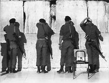 Israël, Jérusalem ,Soldats devant le  Mur des lamentations1983 #02