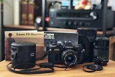 Canon AE-1 Schwarz mit zwei Canon Objektiven FD 28 mm f/2.8 und 135 mm f/3.5