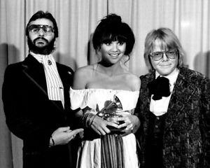 Linda Ronstadt, Ringo Starr & Paul Williams UNSIGNED photo -K9147- Grammys 1977