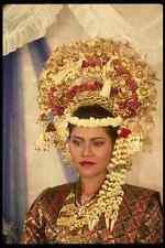 057060 Malasia Novia en tradicional songket Y Oro Con Tocado A4 Foto Impresión