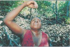 AK Australien: Aborigine Frau verspeist einen Mangrovenwurm, Yolngu Stamm, N.T.