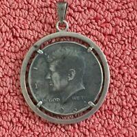 835er Schmuckanhänger, Amulett mit gefasstem HALF DOLLAR J.F. Kennedy von 1964