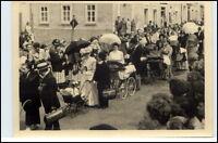 Echtfoto-AK Roeßler KARL-MARX-STADT Chemnitz Umzug Personen Strasse ca. 1950/55