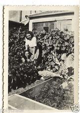 2 Jeunes femmes jardin jardinage potager - photo ancienne snapshot an.1940