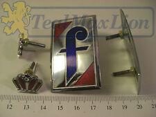 2 sigles Pininfarina en métal laqué (couronne rouge séparée) Peugeot 404 cc