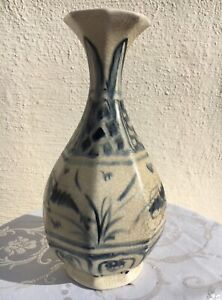 Vietnamese blue and white glazed porcelain bottle, Late Le-early Nguyen ,18 cent
