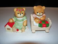 2 Lucy & Me Bears By Enesco Bear Kneeling Next To Doll House & Next To Cradle
