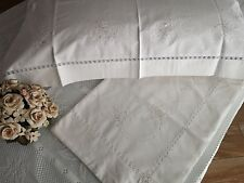 Sheets of pure cotton percale with hand-embroidered flowers