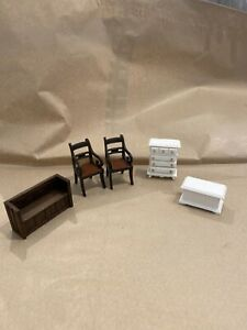 DOLLS HOUSE ACCESSORIES. 1/24 scale Oak bench,2Chsirs & white chest of drawers +