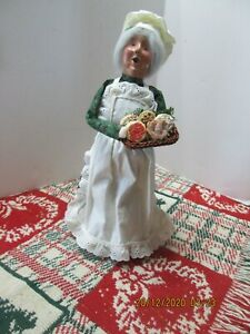 RARE! BYERS CHOICE THE CHRISTMAS CAROLERS 2002 CHALFONT WOMAN BAKER / COOKIES