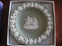 "WEDGEWOOD 4 1/2"" PLATE IN A RARE GREEN COLOR IN THE ORIG. BOX"
