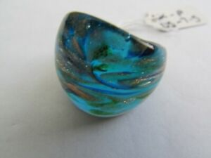 A BLUE & GOLD MURANO STYLE GLASS RING. UK.P..US.7.5 (83!)