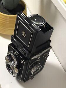 Vintage Yashica Mat Twin Lens Reflex TLR f 80mm 2.2-3.5 Yashinon Lenses