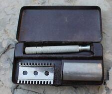 ancien  rasoir dans sa boite en metal ( safety razor )