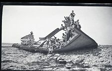 Photo 1 négatif  squelette de bateau échoué au bord de l'eau pyramide humaine