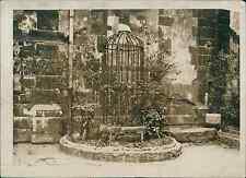 Paris, le puit de la cour de l'église St Julien du Pauvre Vintage silver pr