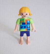 PLAYMOBIL (3159) ENFANT MODERNE - Fille Pull Vert Motifs Short Bleu Pieds Nus