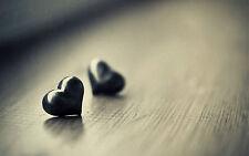 Incorniciato stampa-Piccolo Metallo Amore Cuore posa su una tavola (foto poster arte)