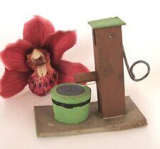Uralte Pumpe Wasserpumpe Erzgebirge Miniatur Spielzeug Holz Seiffen / as 843