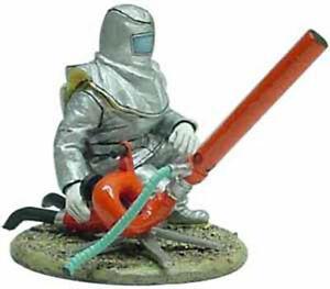 Del Prado 1/32 Figure Fireman Anti hydrocarbon fire dress France 2000 BOM024