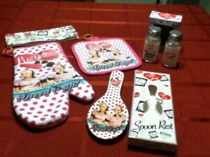 I LOVE LUCY 4 PIECE KITCHEN SET - S & P, OVEN MITT, POTHOLDER, AND SPOONIEST