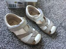 Clarks Girls White & Sliver Sandals - Size 7.5 ( 7 1/2 ) F