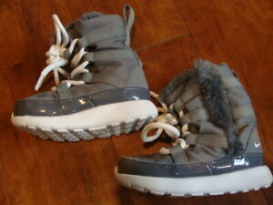 Toddler Boy/Girl Nike Roshe One Gray Fuzzy Winter Boots Size 5C