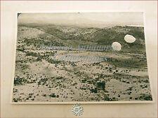 FOTO DI GUERRA Anni '30/'40: Soldati con Paracadute Aperto in una Zona Rurale