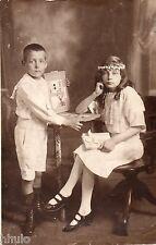BJ110 Carte Photo vintage card RPPC Enfant regardant un album photo vintage