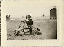PHOTO ANCIENNE - VINTAGE SNAPSHOT - ENFANT JOUET VÉLO TRICYCLE PLAGE -CHILD BIKE