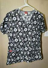 Dickies S black n white geometric w blue accent v neck short sleeve scrub top