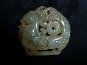 ANCIEN PENDENTIF EN JADE REPRÉSENTANT UN ANIMAL MYTHOLOGIQUE CHINE