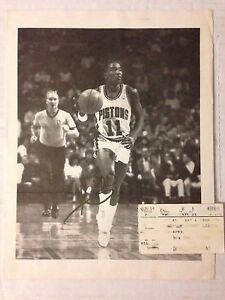 VINTAGE NBA PISTONS SIGNE ISIAH THOMAS + TICKET MATCH MADISON SQUARE GARDEN 1989