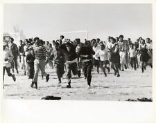 1986 PHOTO SOWETO, SOUTH AFRICA, CROWD OF 8000 RUNNING FROM POLICE TEARGAS