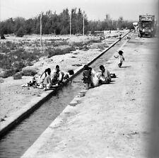 PERSÉPOLIS c. 1960 -Vaisselle dans Canal d'Irrigation - Négatif 6 x 6 - IRAN 106