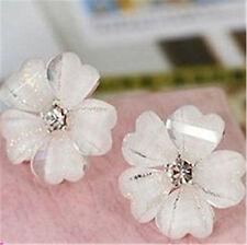 Muy Blanco Resina ciruela flor Aretes C / Cristal