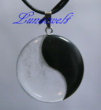 Anhänger mit Yin Yang Symbol aus Obsidian u. Bergkristall an einen Lederband