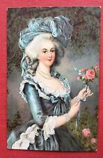 CPA. Jeune Fille à la Rose. Chapeau à Plume. Carte assez épaisse. Costume XVIIIe