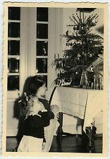 PHOTO ANCIENNE -ENFANT CRÈCHE SAPIN NOËL PRIÈRE-CHILD CHRISTMAS-Vintage Snapshot