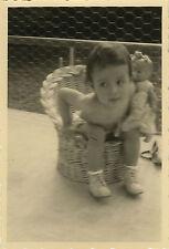 PHOTO ANCIENNE - VINTAGE SNAPSHOT - ENFANT FAUTEUIL POUPÉE DRÔLE - CHILD DOLL