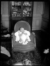 Jeune enfant bébé nourrisson assis fauteuil - Ancien négatif photo an. 1930