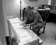 PRESIDENT GERALD FORD RESEARCHES VICE-PRES CANDIDATES - 8X10 PHOTO (ZZ-181)