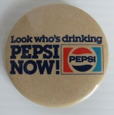 VINTAGE LOOK WHO'S DRINKING PEPSI NOW PIN PINBACK BUTTON              (INV15353)