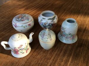 Lot of Chinese porcelain boxes, mini wine pot, ink well. 19th C.