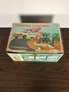 vintage DeLuxe Reading Service Station Tow Truck Car Service Island Figures