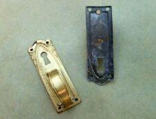 Ancienne paire d'entrées de serrure et poignées de porte pour meuble