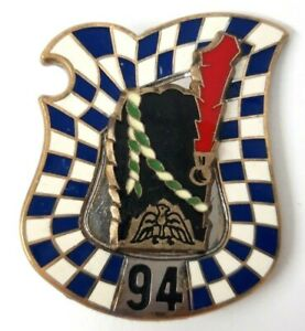 94° Rgt d'Infanterie, petit écu, relief, plumet rouge, épingle, dos argenté